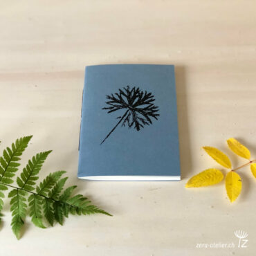 zera atelier produits cahier pocket geranium dissectum bleu 370x370 - Cahier pocket - Geranium dissectum